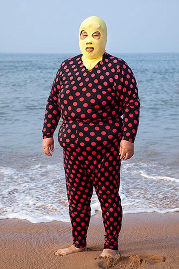 Facekini Philipp Engelhorn tedenza abbronzatura spiaggia Cina polka dots