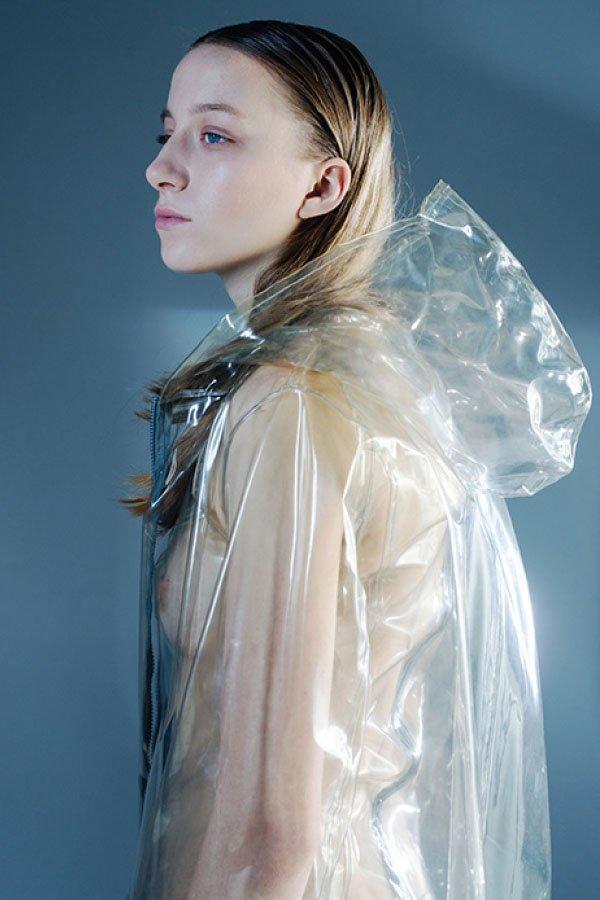 Monica bolzoni, moda milano, anni 80, impermeabile plastica,