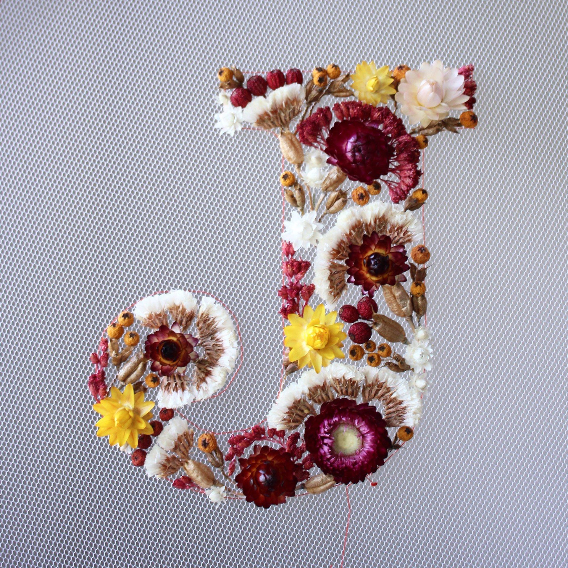 Intervista Olga Prinku, creatrice ricami in tulle, fiori secchi, lettera