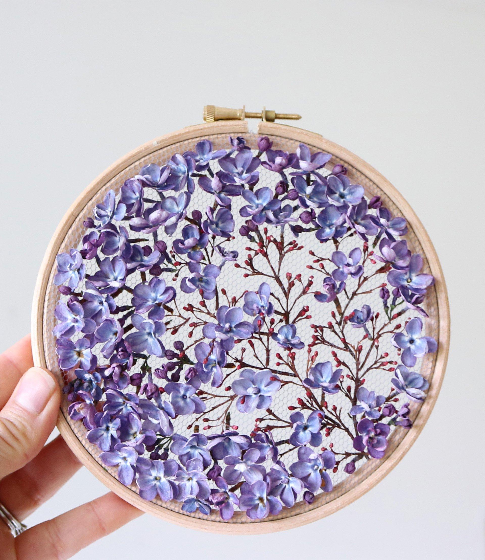 Intervista Olga Prinku, creatrice ricami in tulle, fiori secchi lilla