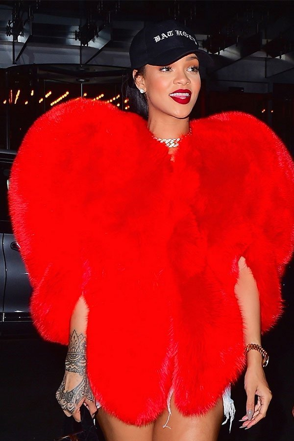 Rihanna, Saint Laurent, pelliccia cuore rosso